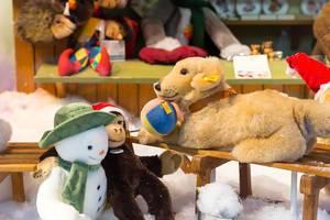 Verschiedene Plüschtiere: Schneemann, Affe, Hund mit Ball