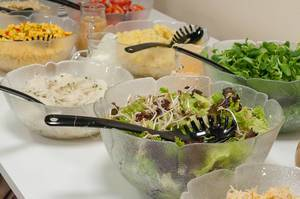 Verschiedene Salate und Obstsalate am Büfett