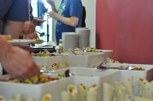 Verschiedene Salate und Wraps am Büfett
