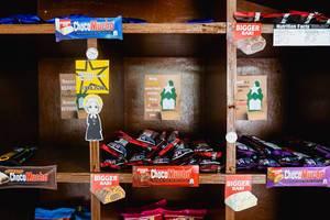 """Verschiedene Schokoladen für Verkauf auf den Regalen eines """"Ehrlichkeitsladens"""""""