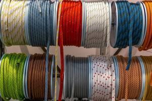 Verschiedene Taue und Seile für Boote