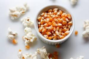 Verstreutes Popcorn und Mais in einer Schüssel