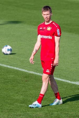Verteidiger Mitchell Weiser läuft alleine während des Fußballtrainings über den Rasen