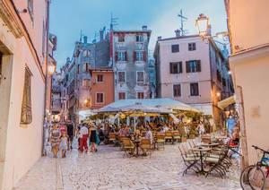 Verwinkelte Kopfsteinplaster-Gassen, malerische Cafés und bunte Häuser in Rovinj auf der Halbinsel Istrien, Kroatien