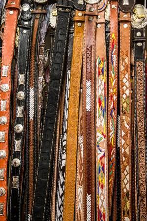 Verzierte Ledergürtel hängen auf dem Markt zum Verkauf