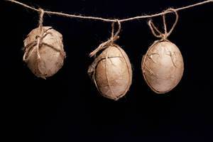 Verzierte Ostereier, die an einem Seil hängen