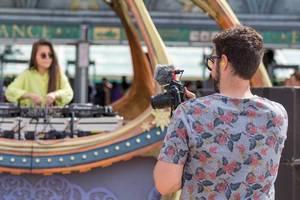 Videoblogger filmt DJane für seinen Vlog über das Tomorrowland Festival in Belgien
