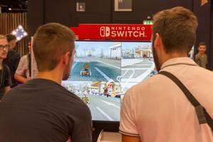 Videospieler testen Mario Kart mit geteiltem Bildschirm auf der Nintendo Switch