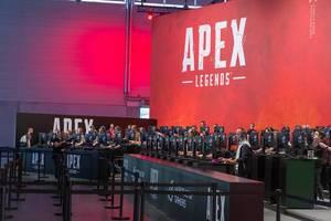 Videospielmesse-Besucher auf der Gamescom an Spielstationen, spielen das Battle-Royal-Spiel Apex Legends