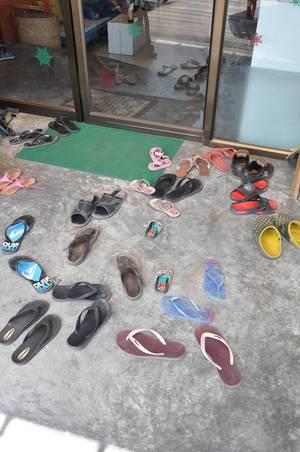 Viele Badelatschen vor einem Geschäft in Thaailand