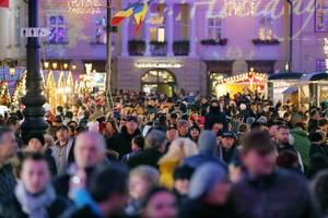 Viele Besucher strömen auf den Weihnachtsmarkt in Rumänien