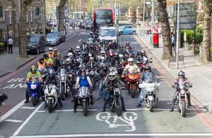 Viele Biker halten an einer Ampel an