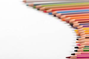 Viele bunte Stifte auf weißem Hintergrund, mit Freiraum