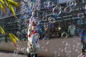 Viele Seifenblasen fliegen durch die Luft