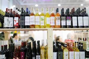 Viele verschiedene Flaschen Wein auf einem Regal
