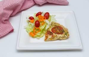 Viertel Quiche mit Gemüse und Kräutern mit Salat, Tomaten und Paprika auf weißem Teller