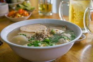 Vietnamesische Nudelsuppe mit Pilzen und Kräutern aus Schweinebrühe in Saigon