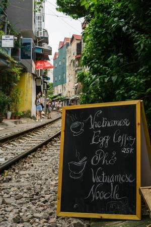 Vietnamesischen Cafe neben den Bahnschienen in Hanoi