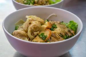 Vietnamesisches Nudelgericht mit Dim Sum und Schwein