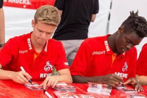 Vincent Koziello und Yann Aurel Bisseck signieren Autogrammkarten