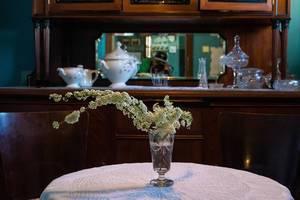 Vintage Einrichtung mit alter Blumenvase auf einem Holztisch