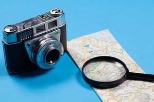 Vintage Kodak Fotoapparat  mit Landkarte auf blauem Hintergrund