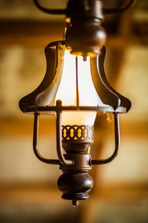 Vintage Lampe im Stil alter Gaslaternen mit Bokeh Effekt fotografiert