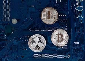 Virtuelle Symbole der Münzen Bitcoin, Litecoin und Ripple