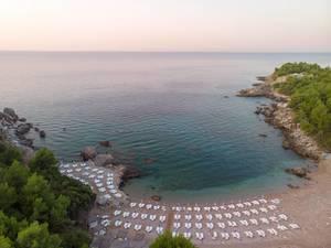Vogelperspektive auf den Sutomorestrand mit Bucht in Montenegro