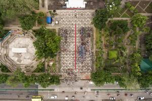 Vogelperspektive - Versammlung von Menschen bei der Feier der Unabhängigkeitserkärung in Victoria City auf den Philippinen