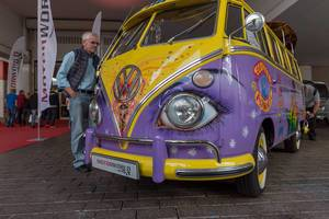 Volkswagen T1 von MotorWorld in der Oldtimerhalle der IAA: Frontansicht des bunten Busses mit Hommage an die amerikanische Hippiezeit