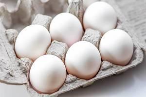 Volle Eierschachtel aus Pappe
