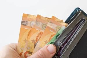 Volle Geldbörse mit großen Euroscheinen