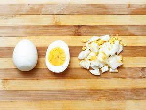 Volle, halbe und geschnittene Eier