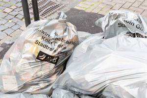 Volle Müllsäcke der AWB Köln