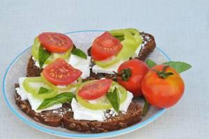 Vollkornbrot mit Tofu, Tomaten und Paprika
