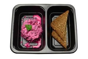 Vollkornbrot und Salat aus roter Beete und Walnüssen