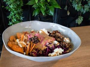 Vollkornreis, Rote Beete, Sesam-Möhren, eingelegter Rotkohl, Kirschtomaten, geröstete Walnüsse, Schafskäse, Rote Beete-Hummus, würziges Tahini-Dressing