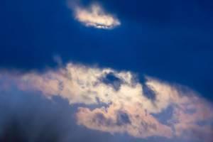 Vollmond verleiht Wolken wunderschöne Farben