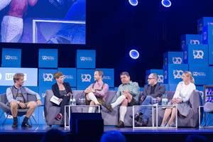 Von links nach rechts - Nico Rosberg, Britta Weddeling, Florian Reuter, Dr. Carsten Breitfeld, Dr. Lars Krause und Silja Pieh bei einem Gepräch um die Zukunft der Mobilität