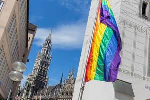 Vor dem alten Rathaus am Marienplatz weht die Symbolflagge der LGBTQ-Community während des Christopher Street Days in München
