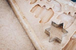 Vorbereitung aufs Backen: Teig und sternförmiger Keksausstecher