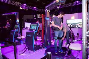 Vorbereitung eines Teilnehmers auf dem Messestand von Kat VR