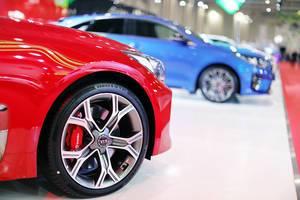 Vorderreife: Detail von rotem KIA Fahrzeug auf Automesse