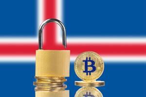 Vorhängeschloss und Stapel goldener Bitcoins mit der Nationalflagge Islands im Hintergrund