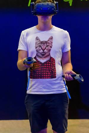 VR gamer with cat shirt at Gamescom 2018