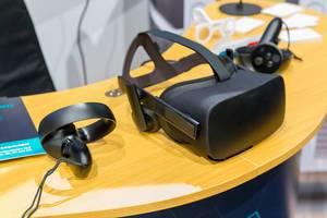 VR Headset und Controller auf einem Holztisch