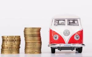 Vw Bus Spielzeug und zwei Stapel 20-Cent und 50-Cent Münzen