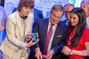 Wachsende Akzeptanz für Videospielen unter deutschen Politikern. Armin Laschet und Henriette Reker auf der Gamescom 2018