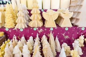 Wachskerzen in Form von Weihnachtsbäumen und Engeln